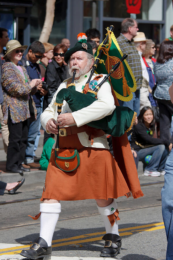 Man-playing-uilleann-pipes-in-St.-Patrick's-Day-parade