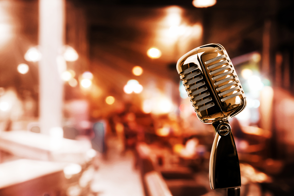 Retro-microphone-against-a-blurry-restaurant-background