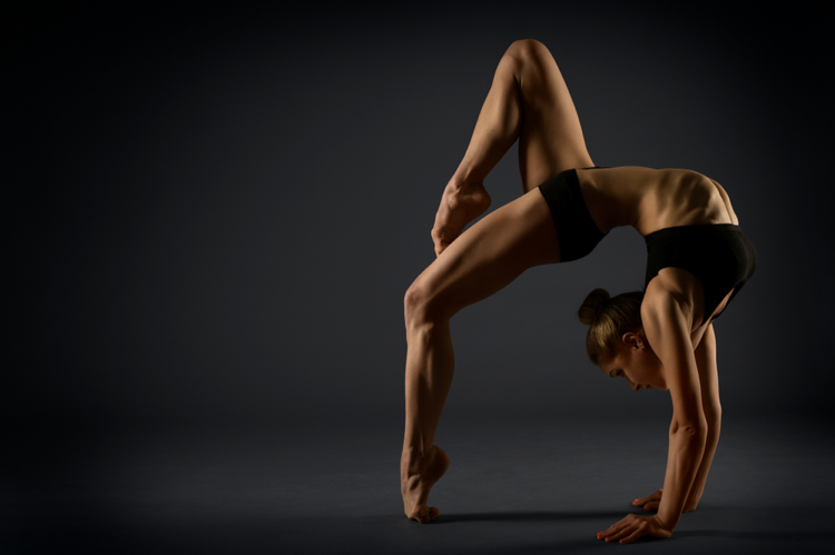 Female-contortionist-in-backbend